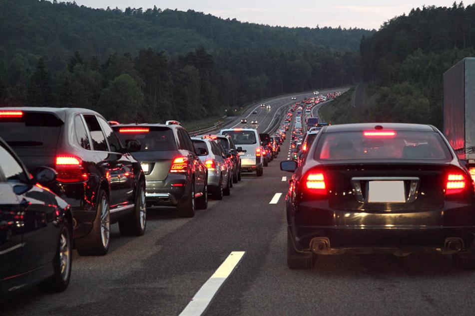 Bremse blockiert: Lkw driftet von Autobahn und fängt Feuer
