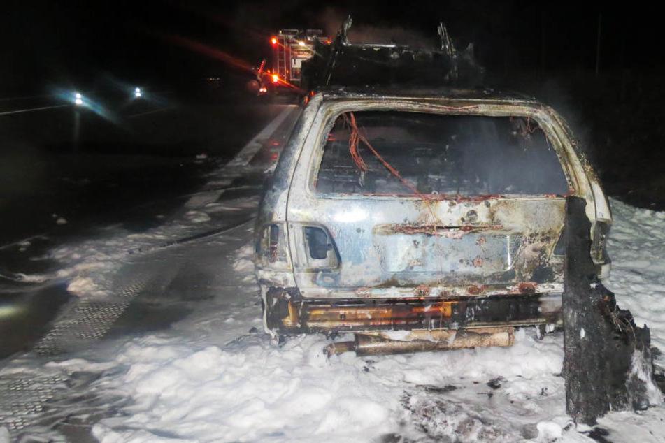 Mitten auf Autobahn: Mercedes geht plötzlich in Flammen auf