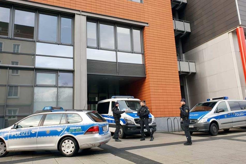 Polizisten stehen vor dem Moritzhof in Chemnitz. Gegen das Gebäude hatte es erneut eine Bombendrohung gegeben.