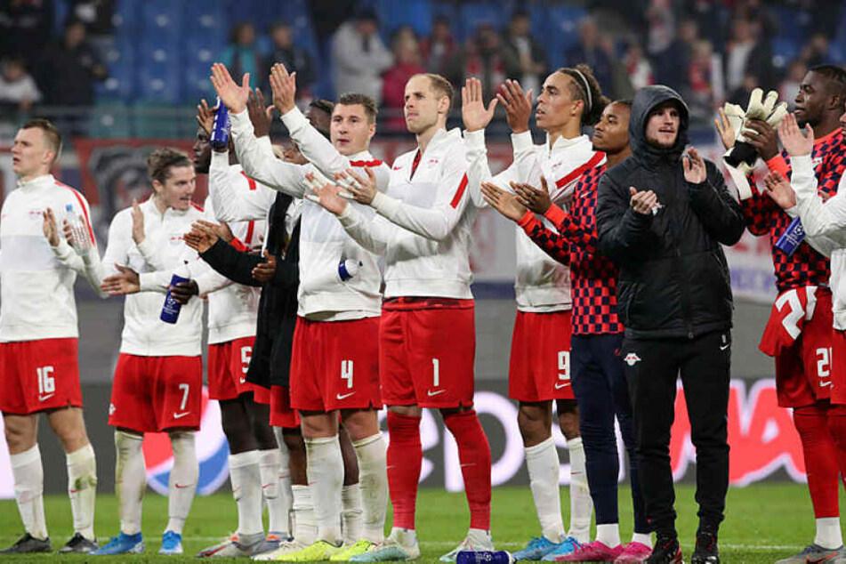 Nach dem wichtigen zweiten Gruppensieg feierte die Mannschaft mit den Fans.