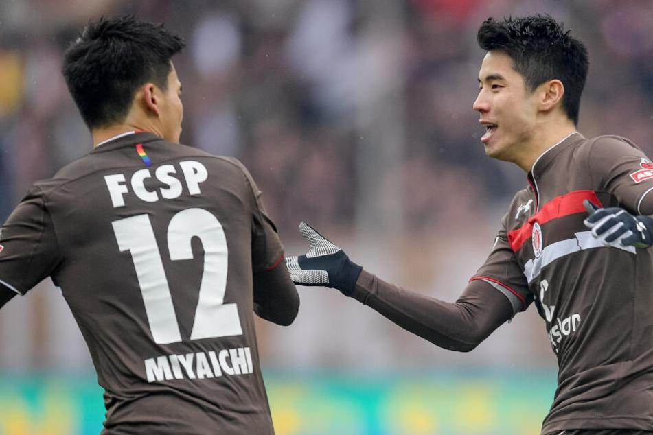 Torschütze Ryo Miyaichi (links) freut sich mit Yi-Young Park über seinen Ausgleichstreffer.