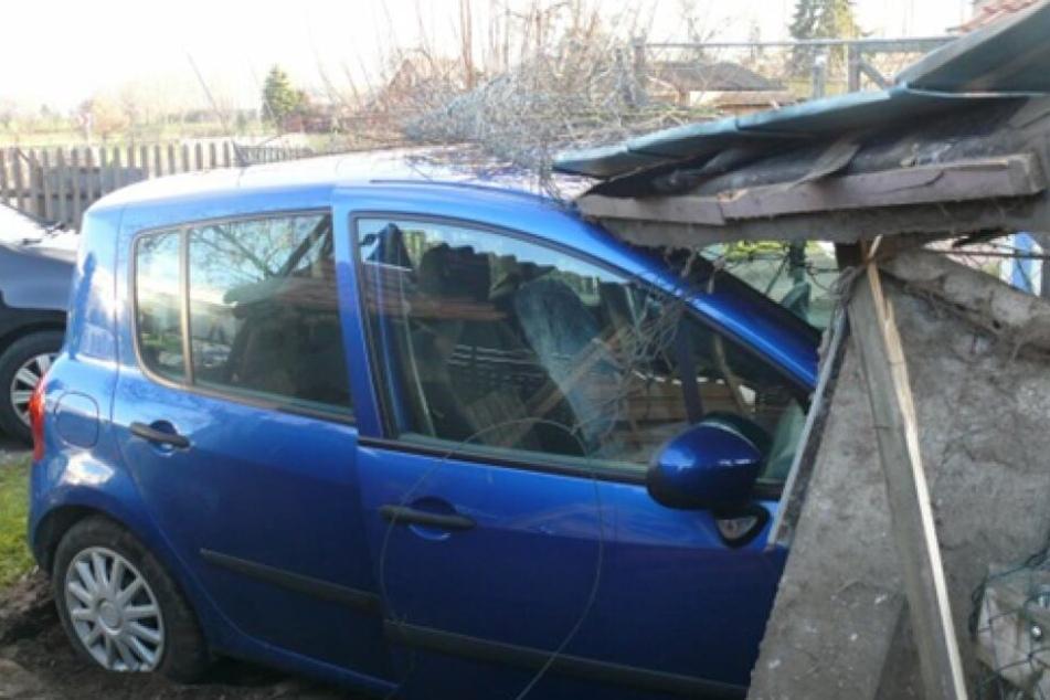 Mit ihrem blauen Renault ist eine Seniorin (80) am Mittwochmorgen in einen Hühnerstall gefahren.