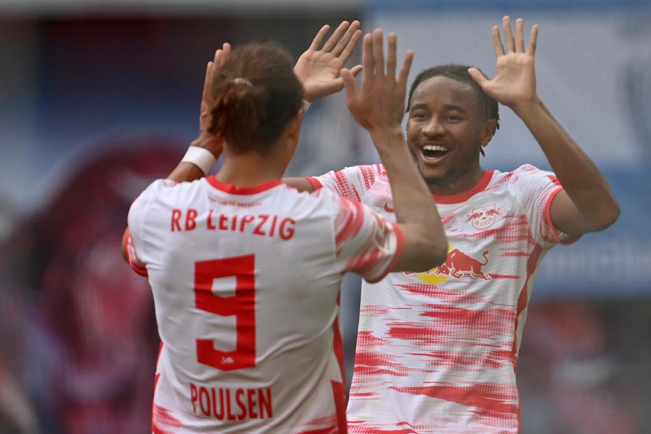 Poulsen bedankte sich danach bei Vorlagengeber und 1:0-Torschütze Christopher Nkunku (r.).