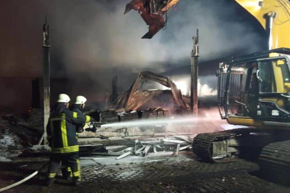 Millionen-Schaden: Großfeuer zerstört Lagerhalle für Spielzeug