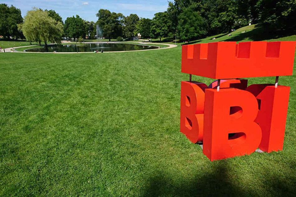 Noch ein paar Tage soll das Bielefeld-Logo im Bürgerpark stehen.