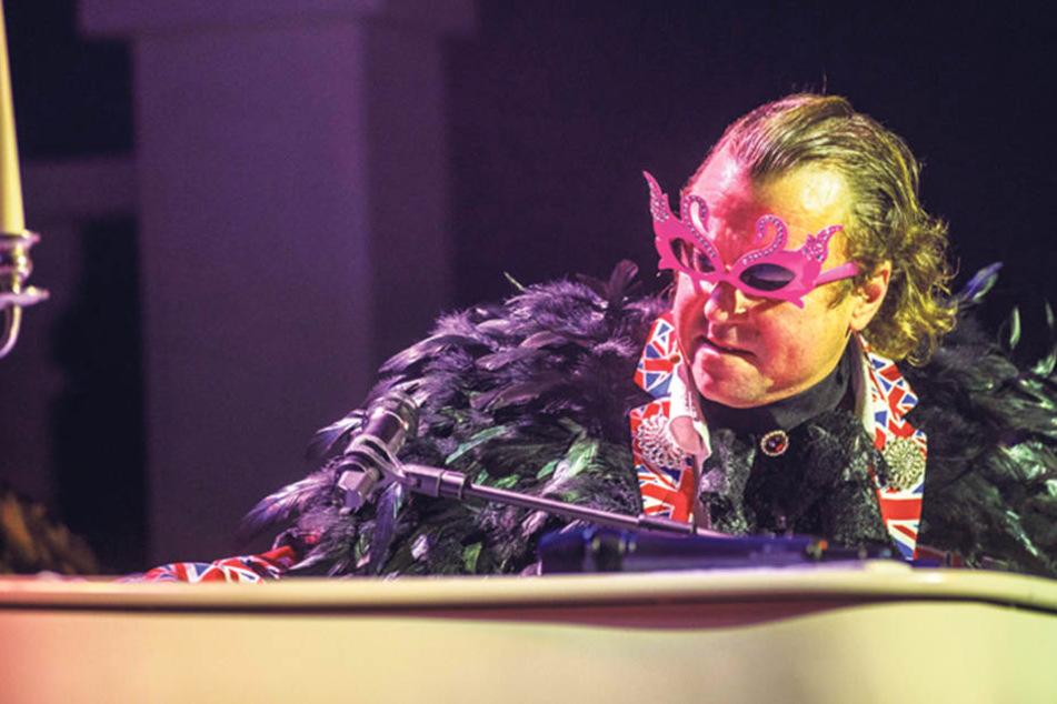 """Hinter der extravaganten Brille kaum zu erkennen: Comedian Kai Neumayer als """"Elton John"""" am Flügel."""