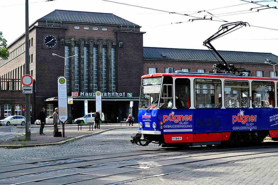 Die Perspektive täuscht etwas: Noch hält die Straßenbahn gebührenden Abstand zum Bahnhof. Bald könnte sie ganz weg sein.
