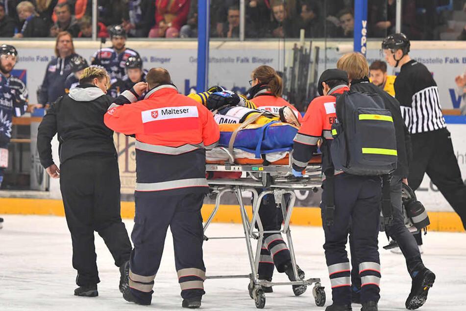 Gehirnerschütterung! Der Weißwasseraner Ryan Warttig wird aus der Halle und anschließend ins Krankenhaus zum Check transportiert.