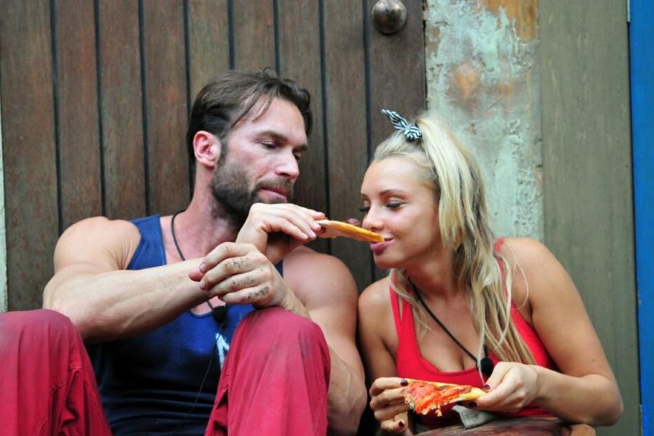 Essen verbindet: Evelyn nagt verführerisch an Yottas Pizza.
