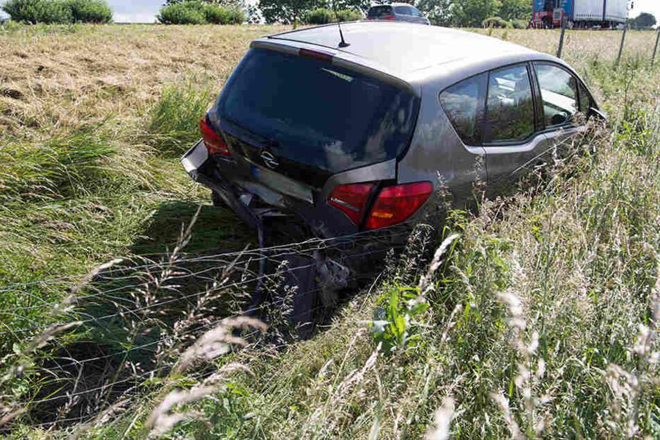 Der Opel flog in den Straßengraben.