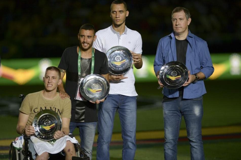 Rafael Henzel (ganz rechts) mit den drei Spielern, die den Absturz ebenfalls überlebten.