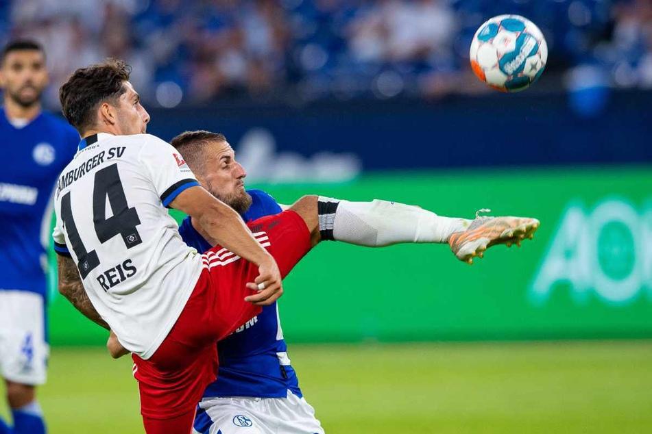 Ludovit Reis (21) zeigte sich wie hier im Zweikampf mit Schalkes Dominik Drexler giftig und zeigte ein ansprechendes Debüt.