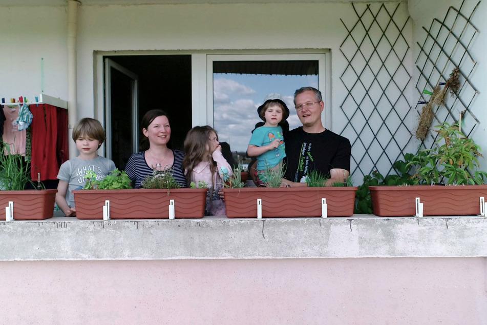 Romy Pahlke (2.v.l.) und ihr Mann Stephan sind mit den drei Kindern 2018 aus der Nähe von Berlin nach Wolfen-Nord in die Platte gezogen und fühlen sich hier pudelwohl.