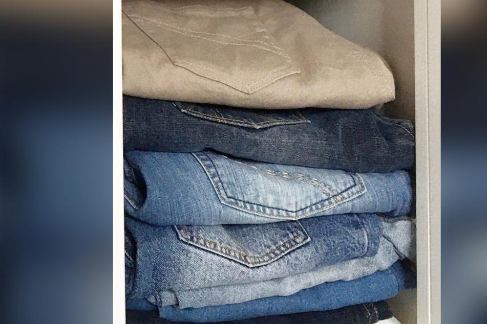 """Blick in den Kleiderschrank zu den dereinst """"abgelegten"""" Hosen. Diese passen jetzt wieder. Yippie!"""