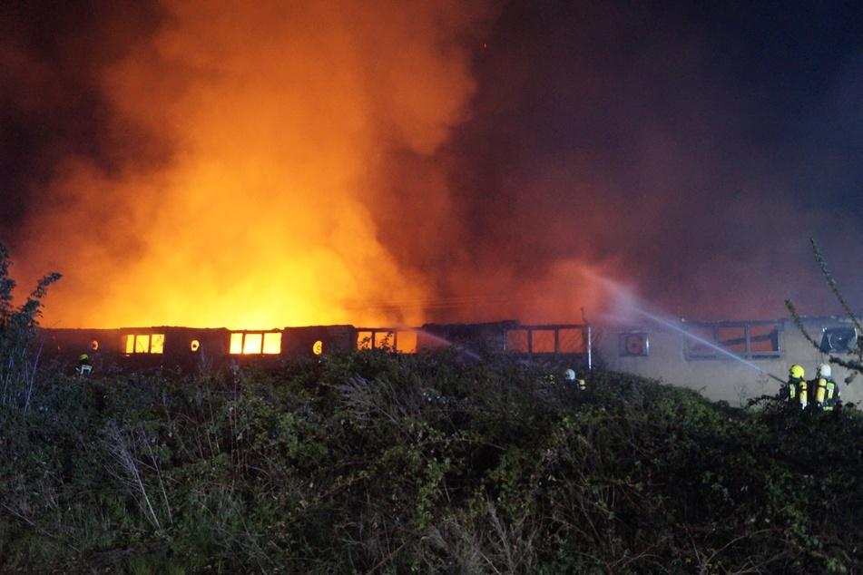 In der Nacht auf Sonntag brannte eine Lagerhalle im Salzlandkreis nieder.