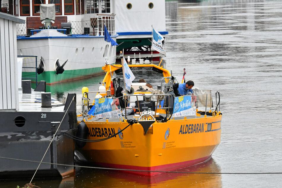 """Das gelb-orange-farbene Forscherschiff """"Aldebaran"""" am Terrassenufer. Dienstagmittag fuhr es weiter flussabwärts."""