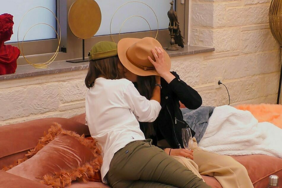In der Villa kam es zum Kuss zwischen Miri und Irina.