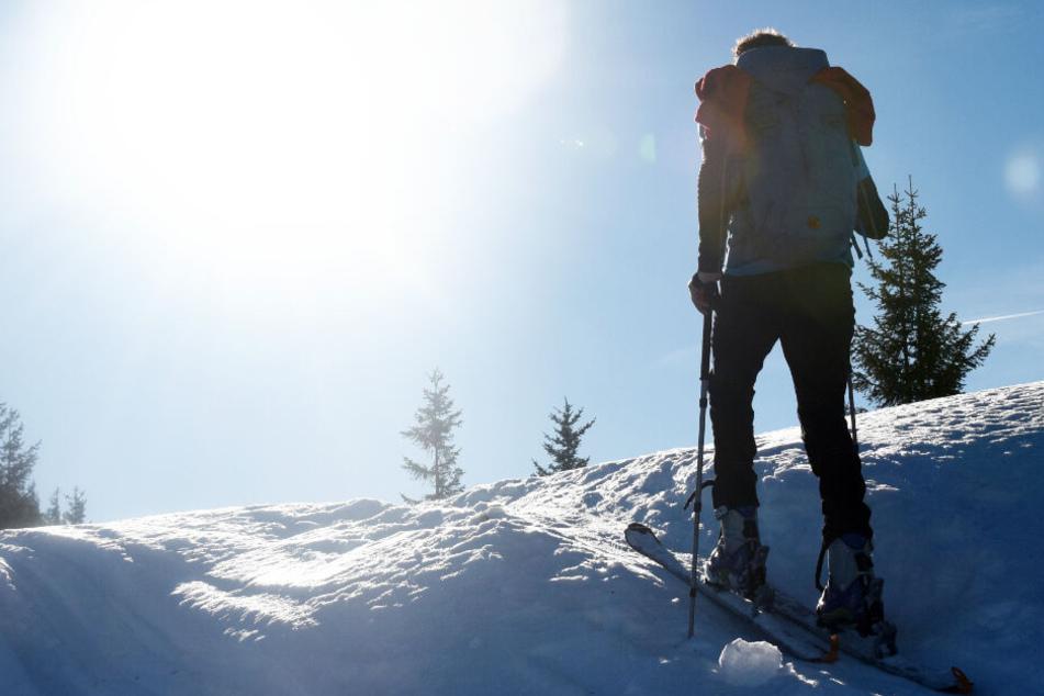 Ein Skitourengeher aus Bayern ist in Österreich bei einem Sturz gestorben. (Symbolbild)