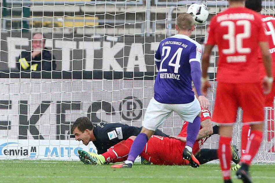 Mit dem Zusammenstoß mit dem Bielefelder Christoph Hemlein brach für Martin Männel eine harte Zeit an.