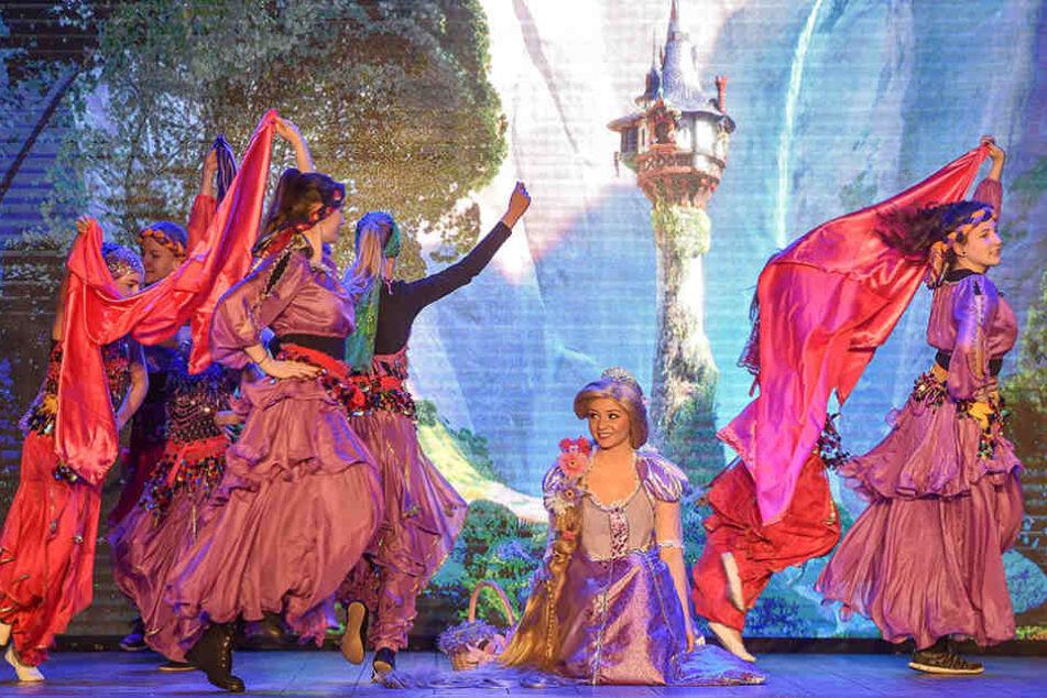 """Das Weixdorfer Danceteam trainiert für den """"Märchenhaften Besuch"""" im Centrum  Theater."""