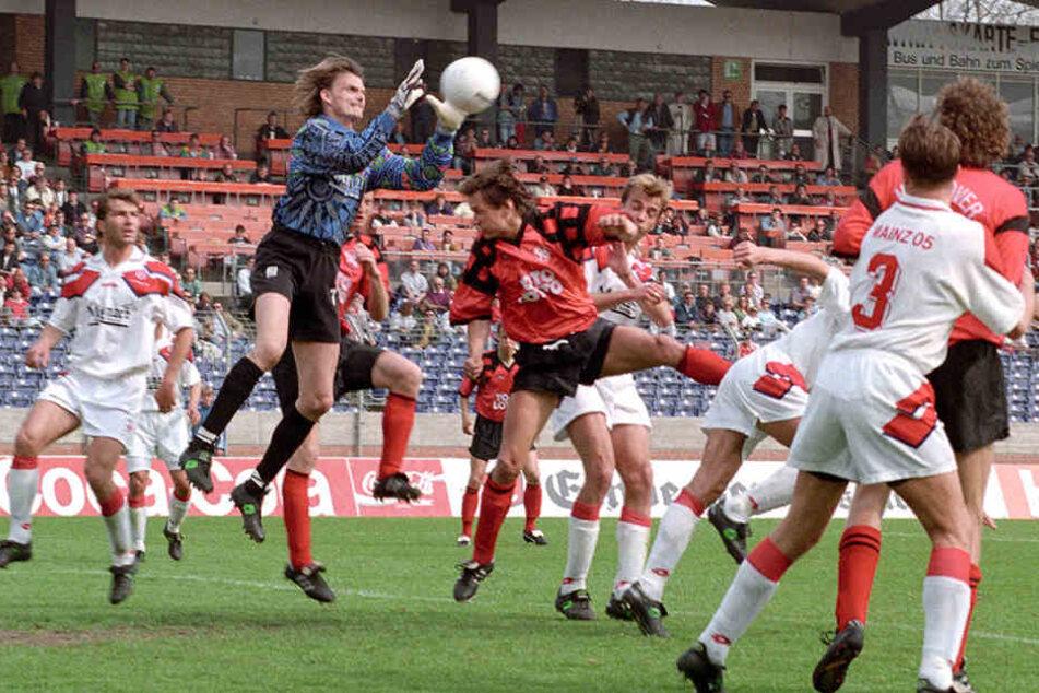 Torsten Gütschow (M.) 1995 beim Spiel Hannover gegen Mainz im Kopfball-Duell mit einem gewissen Jürgen Klopp (h.).