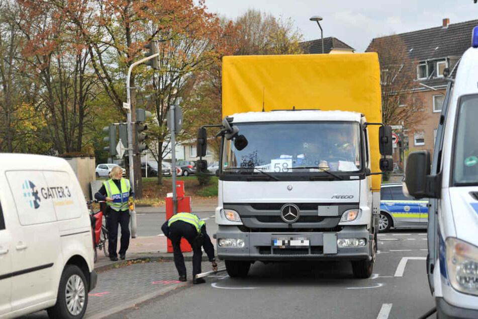 Toter Winkel: Lkw überrollt Radfahrer und verletzt ihn schwer