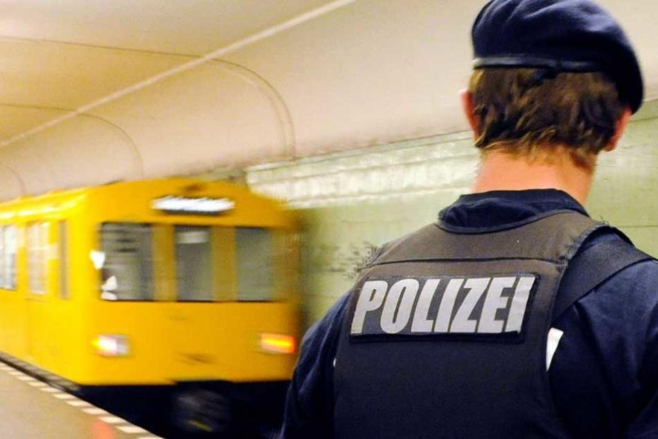 Ein Polizist steht auf einem U-Bahnho in Berlin.