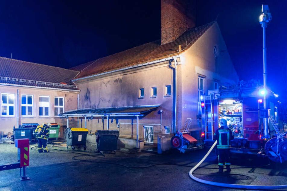 Polizei ermittelt: Containerbrand greift auf Asylunterkunft in Weimar über