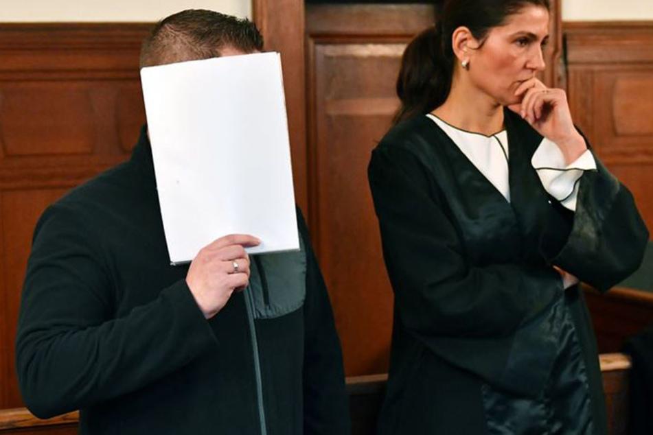 André S. neben seiner Verteidigerin. Er wurde zu einer Haftstrafe verurteilt.