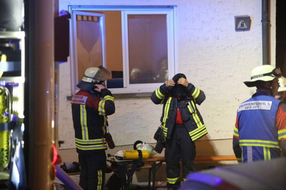 Atemschutztrupps der Feuerwehr durchsuchten die Wohnung.