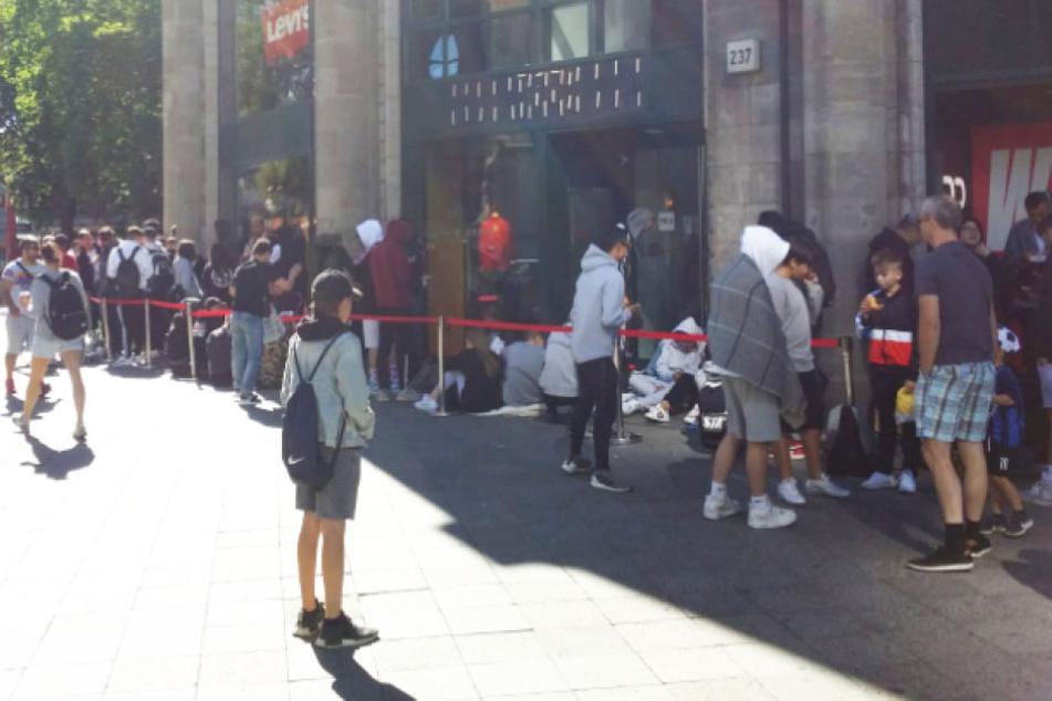 """Vor dem """"Levi's""""-Store am Ku'damm stehen hauptsächlich junge Leute an."""