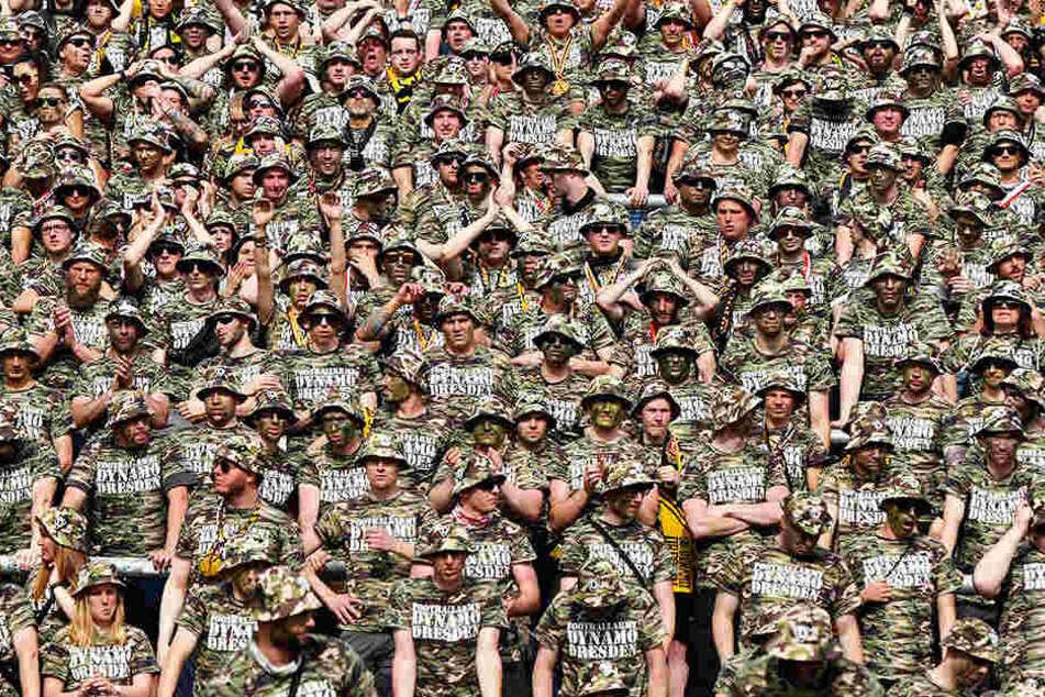 """Am 14. Mai 2017 marschierte die """"Football Army Dynamo Dresden"""" in Karlsruhe ein."""