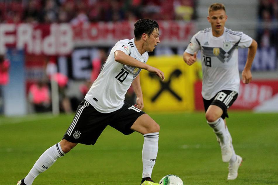 Mseut Özil (l.) traf zum deutschen Führungstor. Danach hatten er uns seine Kollegen dem österreichischen Team wenig entgegen zu setzen.