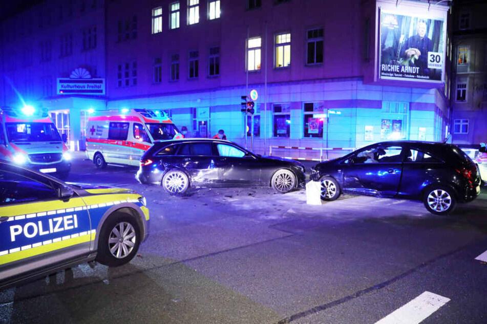 Die Kreuzung ist zum Teil gesperrt, solange die Polizei vor Ort ermittelt.