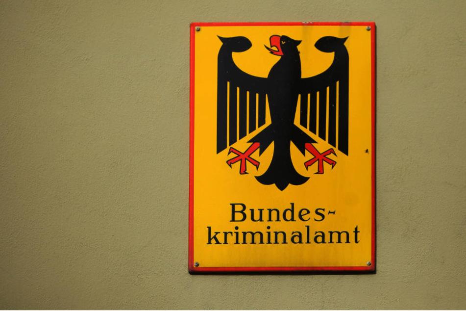 Ein Schild weist auf das Bundeskriminalamt (BKA) in Wiesbaden (Hessen) hin.