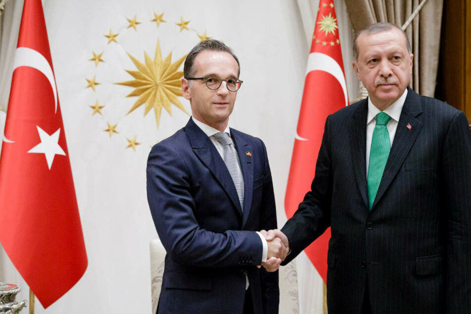 Heiko Maas wird von Recep Tayyip Erdogan begrüßt.