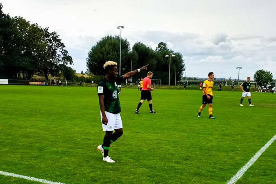 """John Yeboah Zamora (l.), wenige Monate, bevor er Bundesliga-Spieler wurde, für die A-Jugend der """"Wölfe"""" im Einsatz bei der U19 von Dynamo Dresden. Er erzielte zwei Treffer und bereitete ein weiteres Tor direkt vor, spielte die Jung-Dynamos schwindelig."""