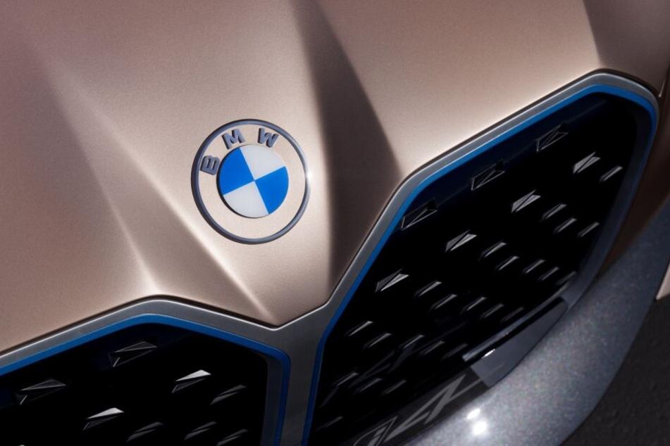 Beim neuen i4 sieht man, wie das Logo auf dem Auto wirkt.