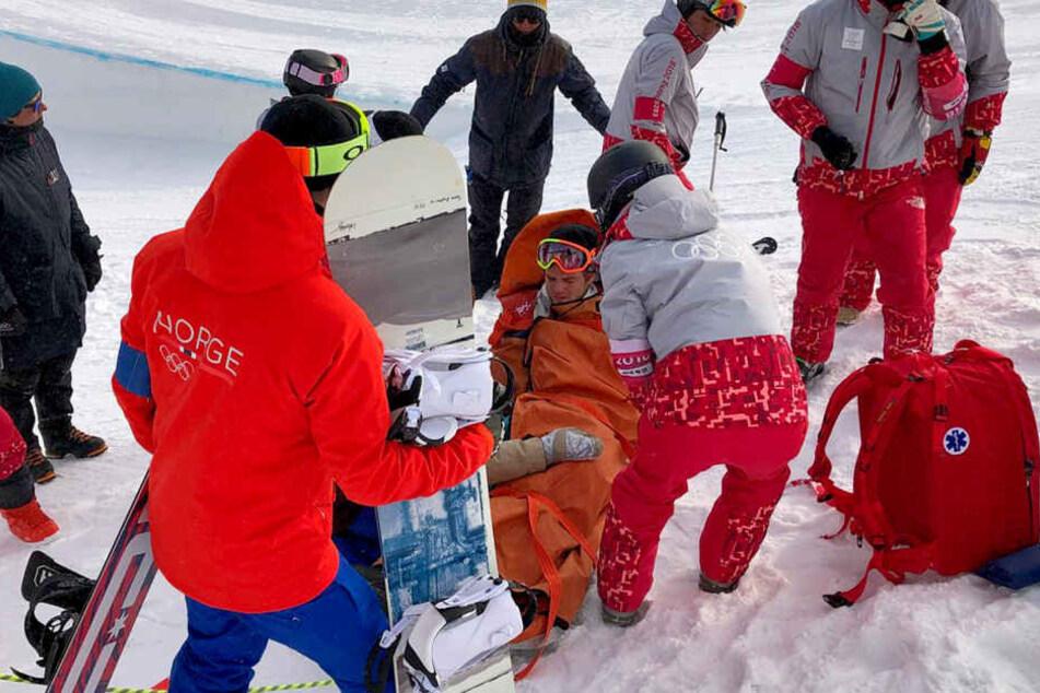 Der Snowboarder musste schwer verletzt ins Krankenhaus gebracht werden.