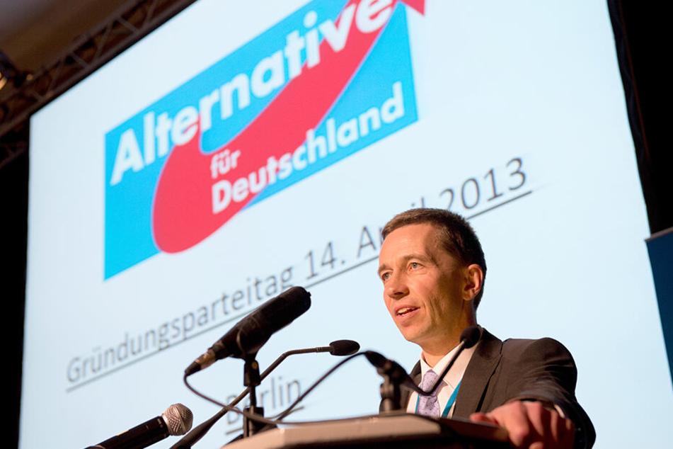 Bernd Lucke, damals Sprecher der AfD, spricht im April 2013 während des Gründungsparteitages der Partei zu den Mitgliedern.