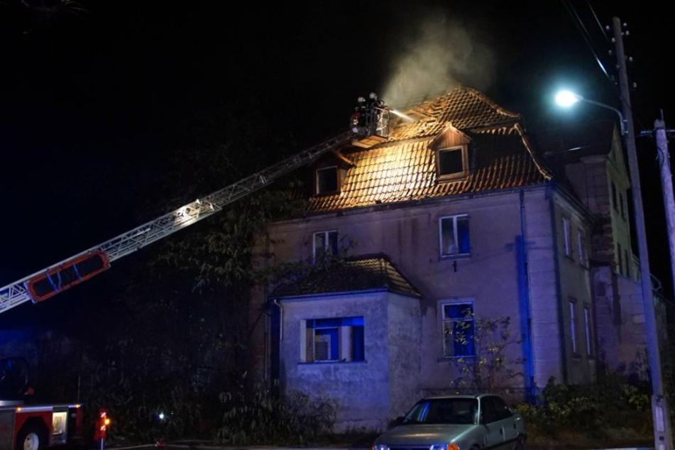 Der Brand brach diesmal im Dachstuhl des leerstehenden Gebäudes aus.