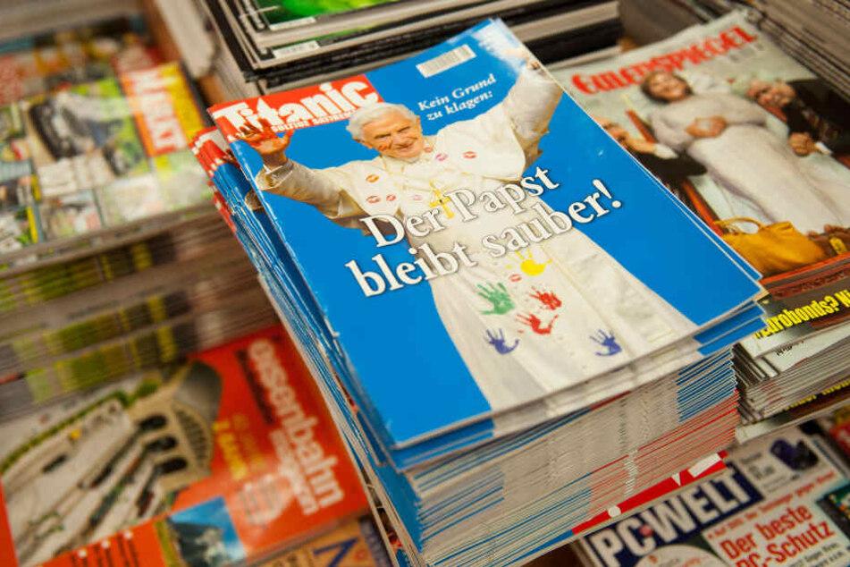 """Hefte des Satiremagazins """"Titanic"""" liegen am 27.07.2012 in Berlin in einem Kiosk."""