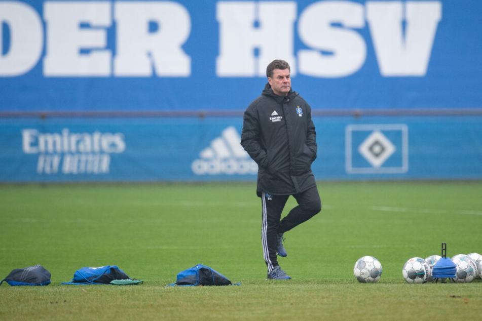 Dieter Hecking beobachtet das HSV-Training. (Archivbild)