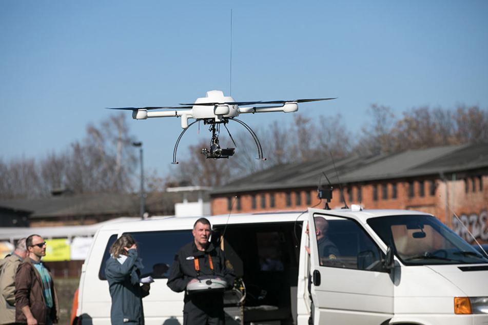 Frank Morawitz (r.) und seine Kollegen suchen jetzt mit einer Drohne nach dem Vermissten.