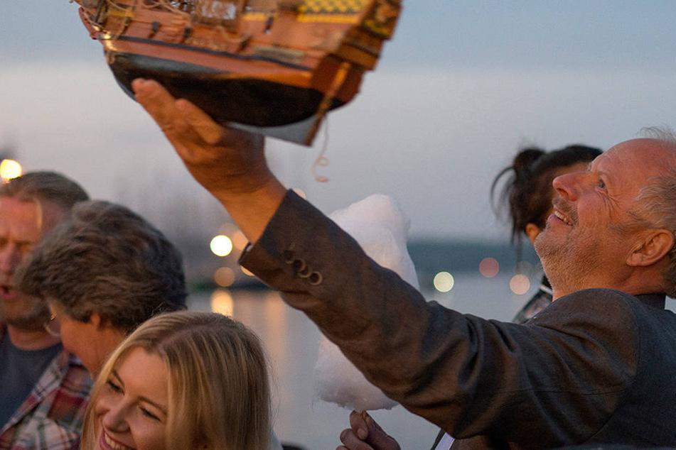 Im Rausch: Kommissar Borowski (Axel Milberg, 60) feiert betrunken auf der Vergnügungsmeile der Kieler Woche.