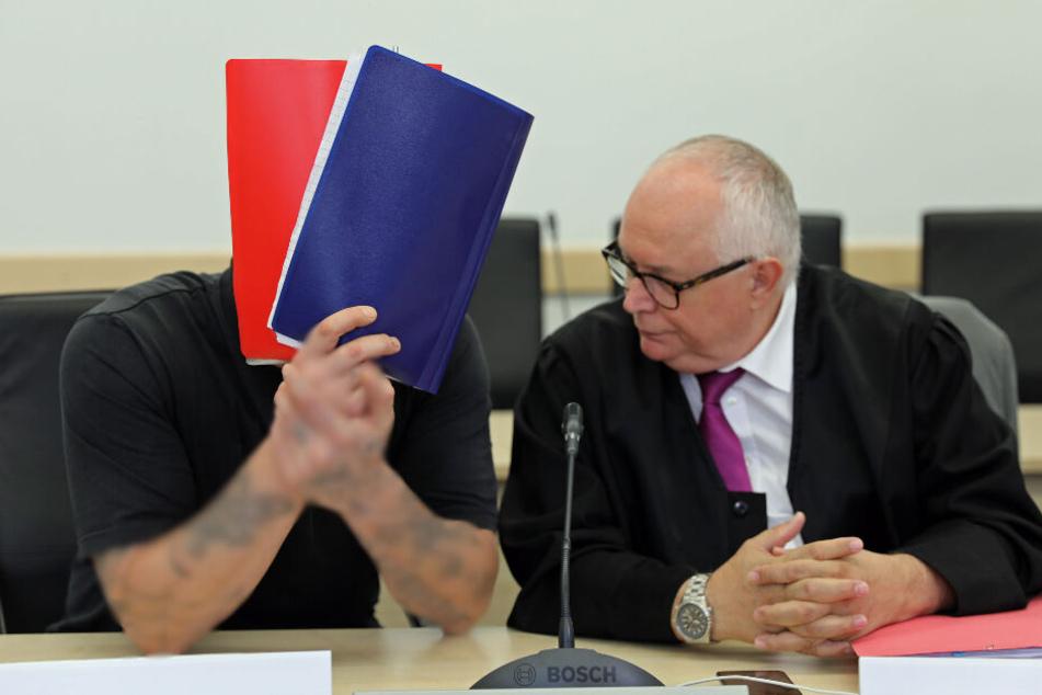 Jürgen K. sitzt neben seinem Anwalt.