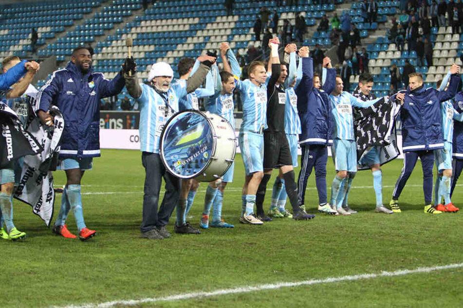 Jubel nach dem Sieg im Wernesgrüner Sachsen-Pokal Halbfinale gegen den FSV Zwickau.