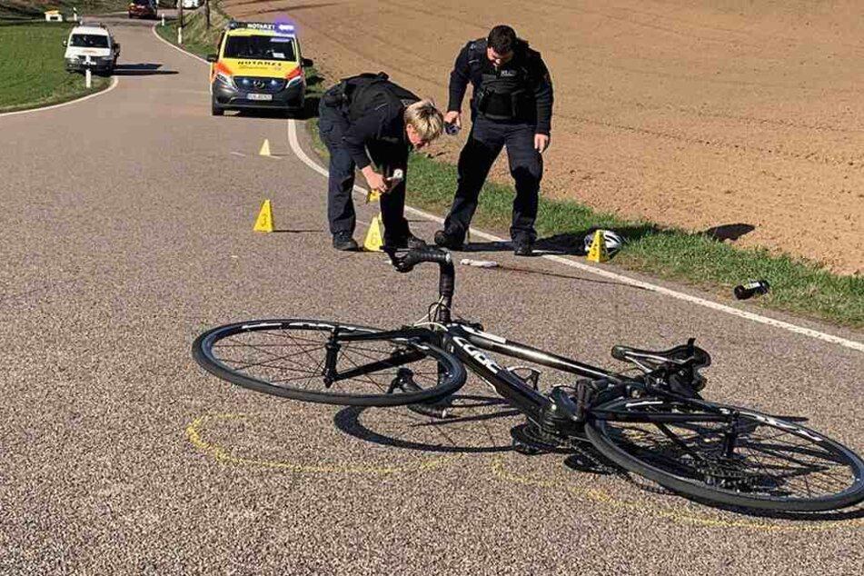 Die Polizei analysiert den Unfallort.