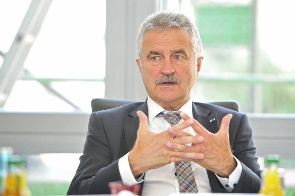 IHK-Chef Hans-Joachim Wunderlich (63) begrüßt den späten Merkel-Besuch.