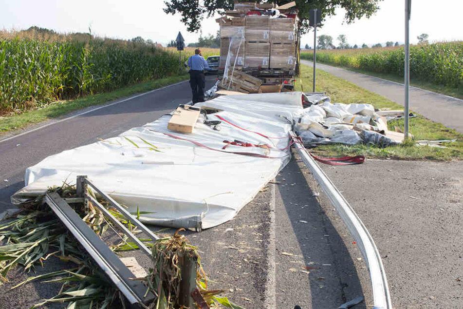 Ast bringt Sattelzug-Fahrer in Schwierigkeiten